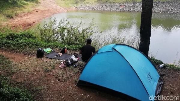 Cekdam Cimarias juga kerap dijadikan tempat camping karena lokasinya yang cukup sejuk dan tenang.