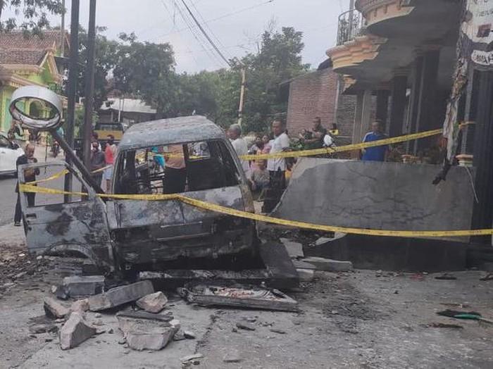Mobil Muat BBM Ludes Terbakar Di Magetan, Pengemudi Terluka