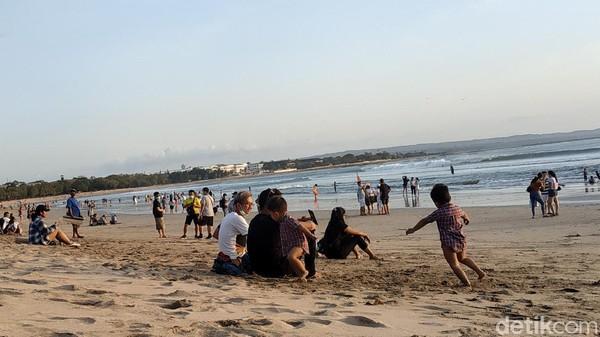 Pantauan detikcom di lokasi, pada hari Minggu (26/9) sore, wisatawan lokal nampak ramai memadati pantai Kuta Bali. detikcom tiba di Pantai Kuta sekitar pukul 17.30 Wita. Saat tiba di sana, parkiran kendaraan roda dua nampak penuh. (Sui Suadnyana/detikTravel)