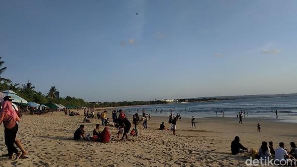 Saat berada di dalam pantai, detikcom mendapati bahwa sejumlah wisatawan sudah tumpah di Pantai Kuta. Kebanyakan dari mereka nampak duduk bersama pasangan, teman atau keluarga. Mereka nampak menikmati matahari senja sebelum terbenam. (Sui Suadnyana/detikTravel)