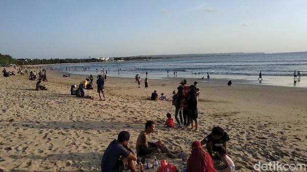 Sebagian besar wisatawan kemudian mulai meninggalkan Pantai Kuta ketika matahari mulai terbenam atau sekitar pukul 18.30 Wita. Namun sebagian lagi nampak masih di lokasi. (Sui Suadnyana/detikTravel)