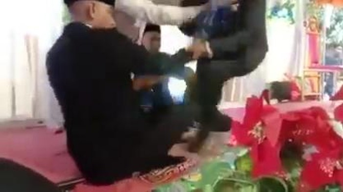Pengantin pria di Bima NTB ditendang mertua (Tangkapan layar)