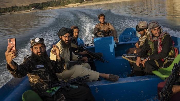 Petempur Taliban Selfie di tempat wisata Afghanistan