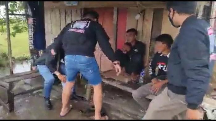 Polisi amankan preman yang palak sopir truk di Garut.