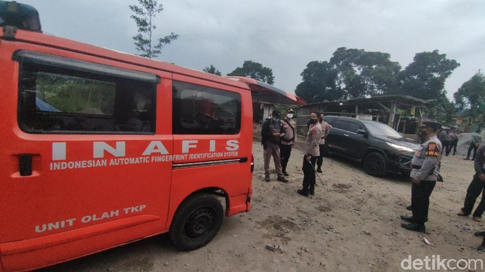 Polisi melakukan pengamanan di lokasi bentrokan 2 ormas di perbatasan Cianjur-Sukabumi.