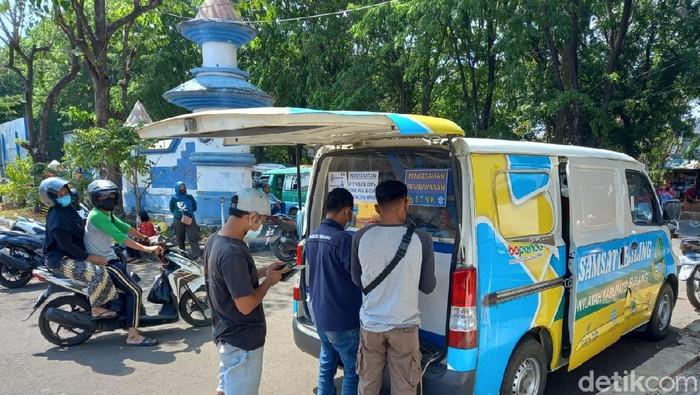 Sejumlah warga tengah membayar pajak kendaraan melalui Samsat Keliling