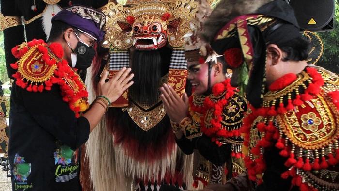 Menparekraf Sandiaga Uno berkunjung ke Desa Carangsari, Bali. Dalam kunjungan ke desa tempat kelahiran i Gusti Ngurah Rai itu ia disambut atraksi tari barongsai