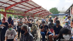 Sekitar 1.300 warga mengikuti vaksinasi COVID-19 di Transmart Lebakbulus, Sabtu (25/9/2021). Bagi yang berminat, masih bisa daftar di detik.com/vaksinctcorp.