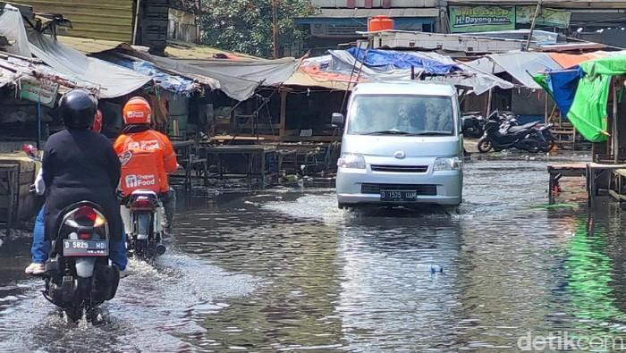 Hujan dengan intensitas sedang mengguyur Kota Bandung. Drainase yang tak berfungsi membuat Jalan Sudirman Bandung tergenang meski hujan tak sampai satu jam.