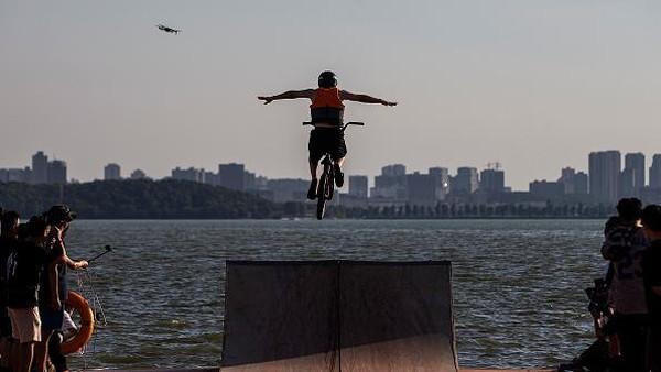 Diketahui, festival lompat air tersebut telah digelar sejak tahun 2010.
