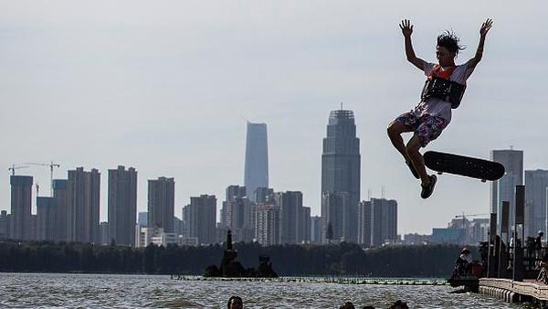 Ada pula yang melompat ke danau menggunakan papan skate.