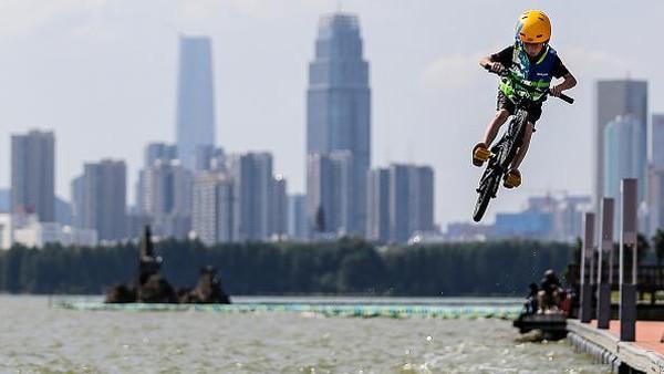 Tak hanya diminati orang dewasa, tak sedikit anak-anak yang antusias menunjukkan kemampuannya melompati danau sembari menaiki sepeda di festival lompat air tersebut.