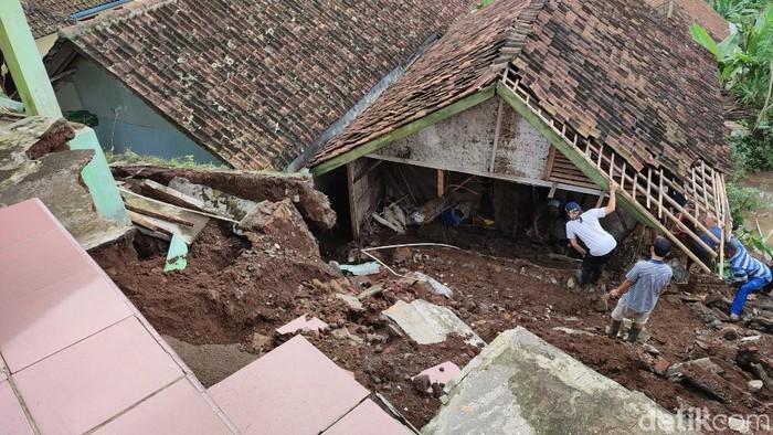 Longsor terjadi di sejumlah titik di Desa Nasol, Ciamis. Akibatnya, 1 rumah rusak dan jalan penghubung desa pun tertimbun longsor.