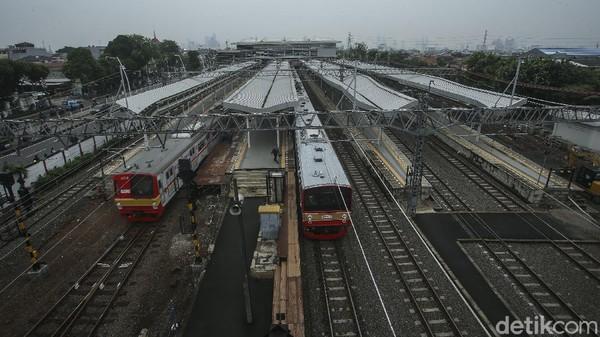 Selain penambahan luas pelayanan stasiun, fasilitas ini juga menghilangkan level crossing yang diubah menjadi overpass. Jika selama ini penumpang harus menyeberangi rel jika berpindah peron, maka dengan overpass pengguna jasa lebih mudah dan aman jika melakukan perpindahan peron. Stasiun Jatinegara kini memiliki 8 jalur dan 4 peron. Adapun jalur 1 dan 2 untuk KRL arah Manggarai, jalur 3 dan 4 untuk KAJJ arah Manggarai, jalur 5 dan 6 untuk KAJJ arah Pasar Senen, dan jalur 7 dan 8 untuk KRL arah Pasar Senen.