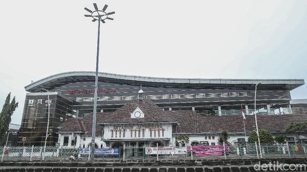 Diketahui, bangunan Stasiun Jatinegara sekarang adalah bangunan kedua yang dibangun. Dulunya, Stasiun Jatinegara berada 600 meter dari lokasi yang sekarang.