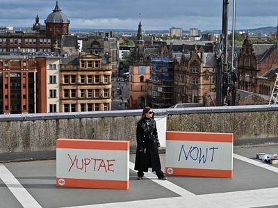 Ada-ada Saja! Seniman Glasgow Mejeng Karya di Tempat Parkir