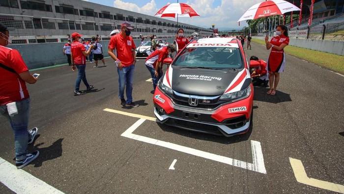 Seri ketiga Indonesia Sentul Series of Motorsport (ISSOM) 2021 sudah selesai. Pebalap kawakan Alvin Bahar tetap memuncaki kelas Master ITCR Max 2021.
