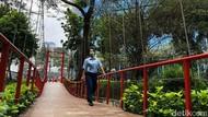 Asrinya Jembatan Gantung di Taman Sumenep