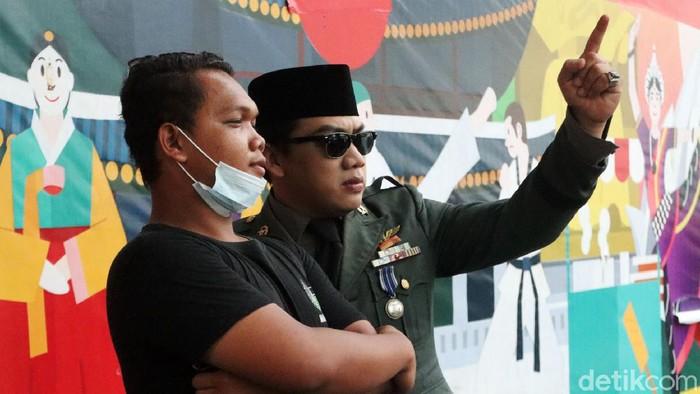 Seiring terus diberlakukannya pelonggaran aturan penanganan COVID-19 di Kota Bandung, para cosplayer kembali berlalu lalang di Jalan Asia Afrika untuk mengais rezeki.
