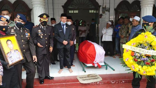 Bharatu (Anm) Muhammad Kurniadi Sutio dimakamkan di Taman Makam Pahlawan di Aceh Tamiang, Aceh. Proses pemakaman dilakukan melalui prosesi upacara militer. (dok Istimewa)