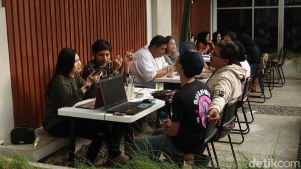 Lokasi kedai kopi yang tidak jauh dari perguruan tinggi ternama di Kota Bandung, tak ayal membuat banyak mahasiswa datang ke tempat ini untuk mengerjakan tugas sekaligus ngopi. (Wisma Putra/detikTravel)