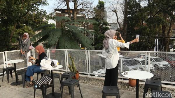 Karena tempat ngopi ini berlokasi strategis, tak jarang wisatawan yang hendak datang ke Bandung berkunjung untuk rehat sejenak dan mencicipi sajian kopi di tempat ini. (Wisma Putra/detikTravel)