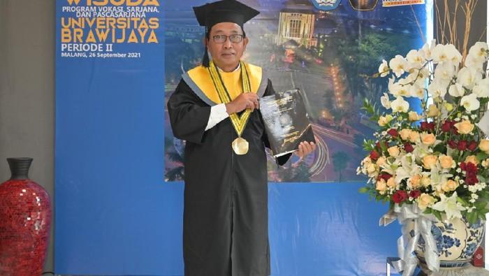 Direktur Hubungan Lembaga PT Bank Negara Indonesia Tbk (BNI) Sis Apik Wijayanto meraih gelar Doktor di Universitas Brawijaya Malang. DOk Istimewa