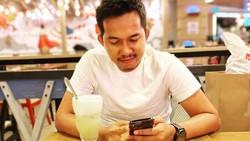 Gaya Santai Ega Prayudi, Putra Tukul Arwana saat Makan di Restoran Mewah