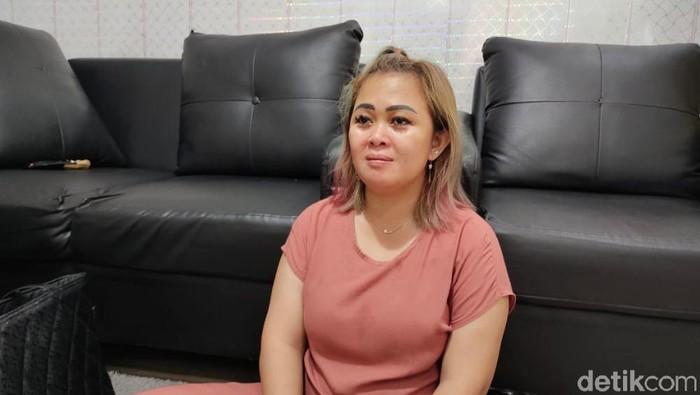 Emak-emak di Samarinda, Kaltim, Wety Wediawati dipolisikan Forum RT karena protes jalanan rusak di depan rumahnya. (Budi/detikcom)