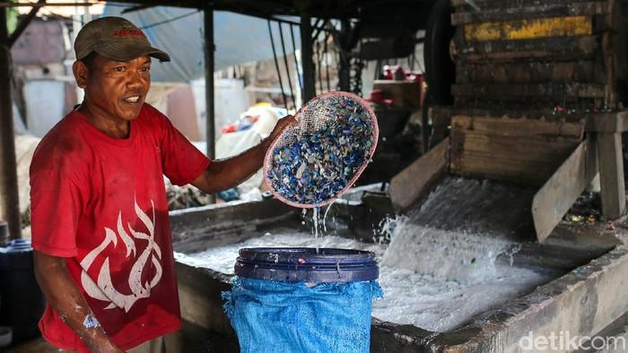 Pekerja melakukan proses daur ulang sampah plastik di kawasan Pondok Gede, Bekasi, Senin (27/9/2021).