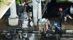 Jakarta Hujan, Pemotor Melipir Sampai Makan Jalan