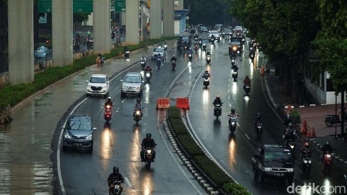 Sejumlah titik di DKI Jakarta terpantau hujan siang ini. Beberapa pemotor ada yang berteduh sampai memakan jalan.