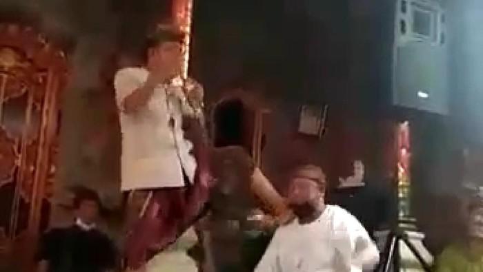 Kades Singakerta, Kecamatan Ubud, Kabupaten Gianyar, Bali asyik karaoke di pesta pernikahan. (Tangkapan layar video viral)