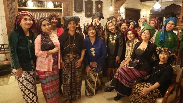 Puluhan perempuan dari lintas komunitas tampil dengan aneka busana daerah pada acara 'Ngopi Tengkuluk, Mengenal Penutup Kepala Perempuan Indonesia' di Cinangka, Depok, Jawa Barat, Minggu, (26/9/2021). loepy Effendy