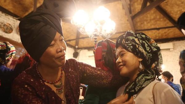 Nurlaini, penulis buku Kuluk Penutup Kepala Warisan Luhur dari Jambi, menjelaskan, sejak abad ketujuh para perempuan Jambi sudah mengenakan penutup kepala tradisional yang dikenal dengan nama tengkuluk, sering juga disebut takuluk atau kuluk. Tengkuluk berkembang di lingkungan suku Melayu di Kota Jambi dan Pantai Timur Sumatra. Ist/loepy Effendy