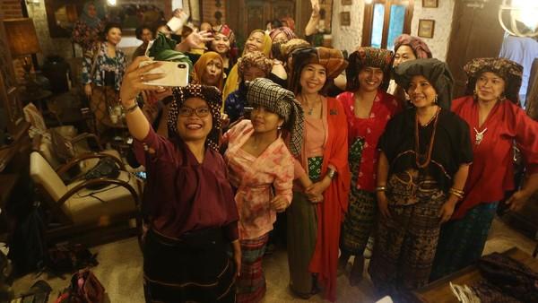 Kegiatan yang digagas Nury Sybli, merupakan salah satu upaya melestarikan budaya Nusantara yang bertujuan mengajak para perempuan untuk mengenal keragaman tutup kepala yang diwariskan leluhur, sekaligus merayakan Hari Batik Nasional, yang diperingati tiap tanggal 2 Oktober.  loepy Effendy