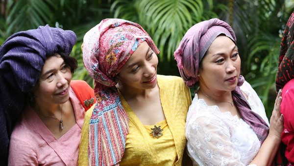Pada masa lampau tengkuluk digunakan perempuan Jambi untuk menutup kepala ketika menghadiri acara adat dan kegiatan sehari-hari seperti ke sawah. Tengkuluk juga lambang kesahajaan perempuan. Hanya dengan dililitkan di kepala tanpa jahitan, perempuan tampil rapi dan bersahaja.Ist/loepy Effendy