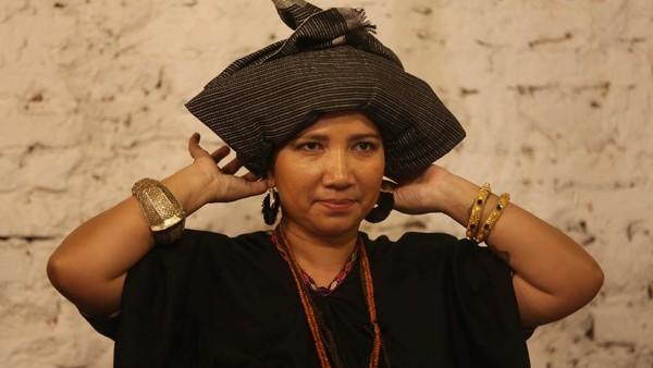Orang-orang yang hadir di acara Ngopi Tengkuluk yang diadakan oleh puluhan perempuan lintas komunitas ini tampil dengan busana daerah seperti kebaya, baju bodo, songket, tenun, batik berikut penutup kepalanya. Ist/loepy Effendy
