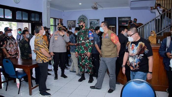 Kapolda NTB Irjen Mohammad Iqbal bersama Danrem 162 Wira Bhakti, Brigjen TNI, Ahmad Rizal Ramdhani di Lombok Tengah, NTB.