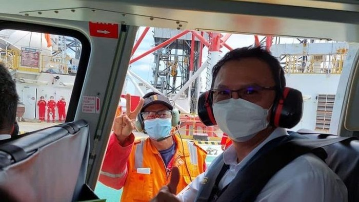 Komisaris Utama Pertamina, Basuki Tjahaja Purnama alias Ahok mengunjungi Rig Tasha, Rig yang beroperasi melakukan pengeboran di wilayah kerja offshore Mahakam