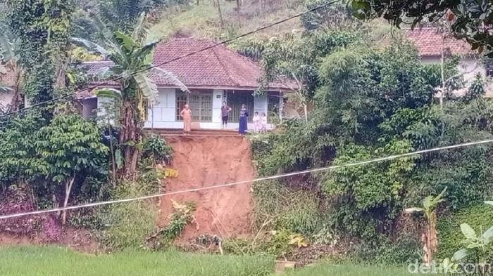 Longsor mengancam sejumlah rumah warga di Bandung Barat
