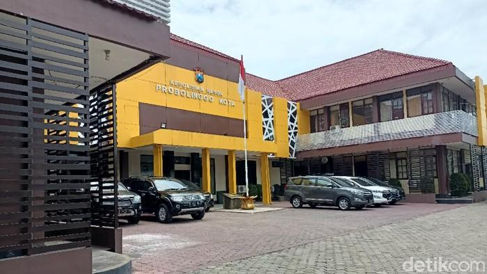 KPK menggeledah 5 kantor dinas di Pemkab Probolinggo. Senin (27/9/2021). Sehingga petugas KPK dibagi menjadi 4 tim. Dinas Perumahan, kawasan Permukiman dan Pertanahan.