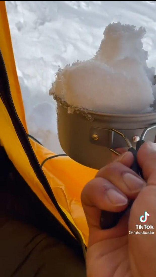 Intip Cara Unik Bule Pendaki Gunung Everest Masak Indomie di Ketinggian 6200 MDPL
