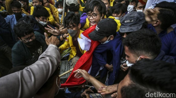 Massa yang tergabung dalam Aliansi BEM SI terlibat dorong-dorongan dengan petugas di depan Gedung KPK, Senin (27/9/2021).