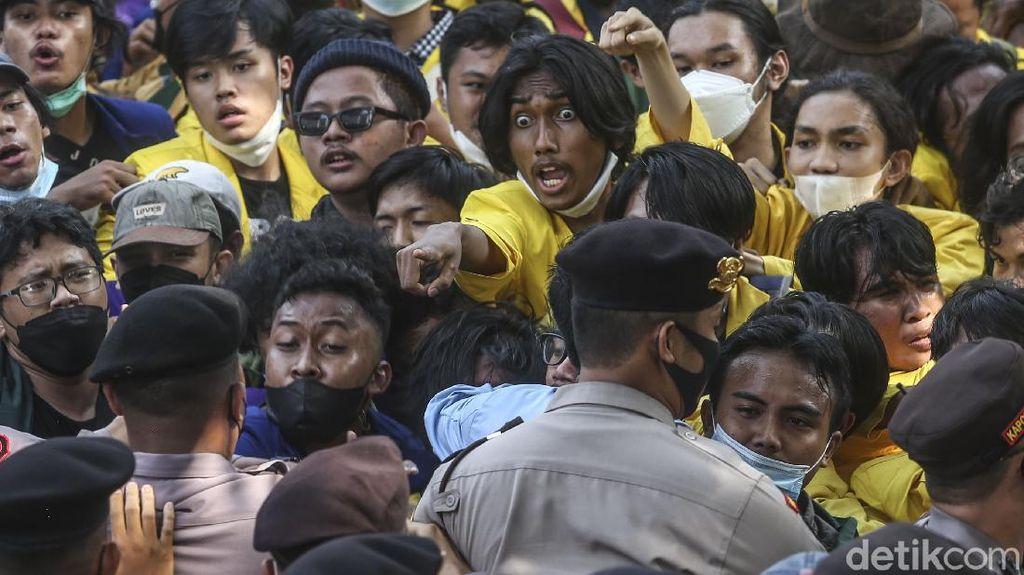 Momen Massa BEM SI Saling Dorong dengan Polisi di KPK