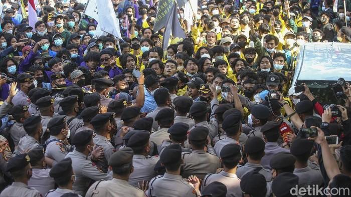 Massa aksi dari Aliansi BEM Seluruh Indonesia kembali adu dorong dengan polisi setelah sempat mereda di KPK.