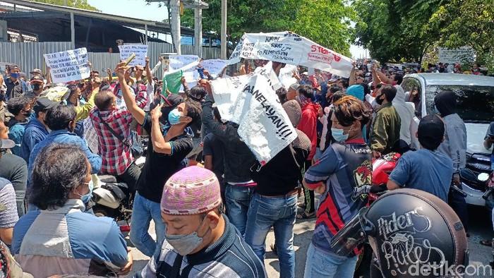 Nelayan dan pengusaha ikan di Kota Probolinggo demo di Pantai Perikanan Mayangan. Mereka menolak Peraturan Pemerintah (PP) Nomor 85 Tahun 2021.