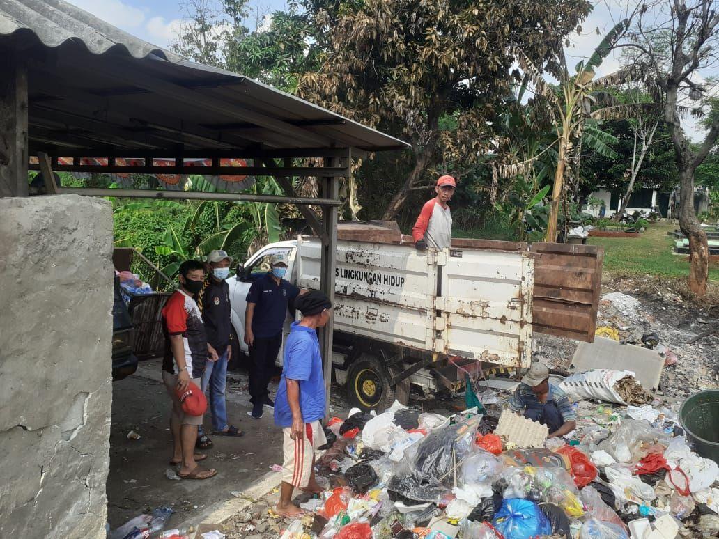 Pengangkutan sampah oleh pihak Pemkot Tangsel. Sampah diangkut dari lahan sampah di kawasan permukiman warga, Pondok Betung. (Dok Istimewa)