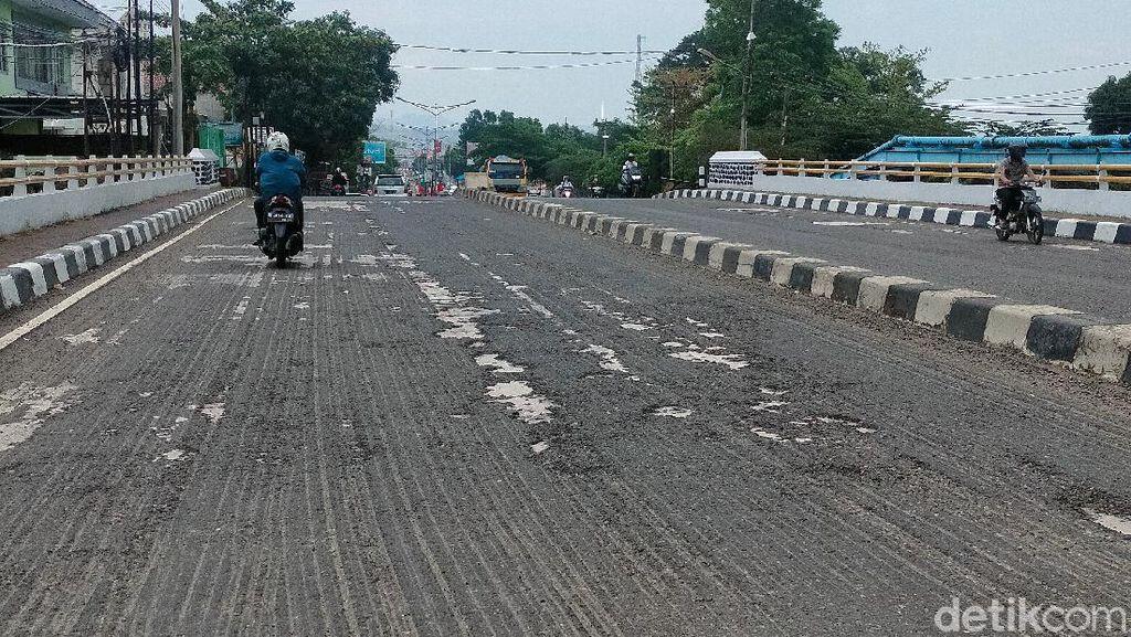 Pengendara Keluhkan Kondisi Aspal di Atas Jembatan Jalan di Majalengka