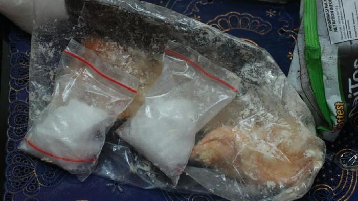 Ada banyak upaya penyelundupan narkoba ke lapas. Hari ini ada roti yang diduga isi sabu diselundupkan ke Lapas Klas I Surabaya di Porong, Sidoarjo.